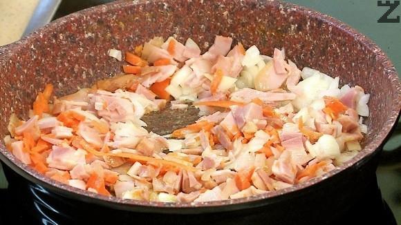 Лукът се наситнява, а шунката се нарязва на кубчета. В дълбок тиган се налива олио и след като се загрее се запържва за 30 сек. лука.Добавя се шунка. Нарязва се на ситно морков и слага в тигана.