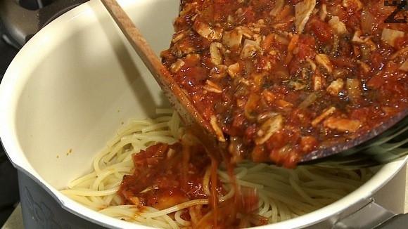 Сварените спагети се отцеждат и смесват със готовия сос.
