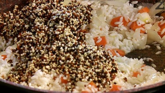 Киноата се измива няколко пъти със студена вода, отцежда се и слага при запържения ориз.