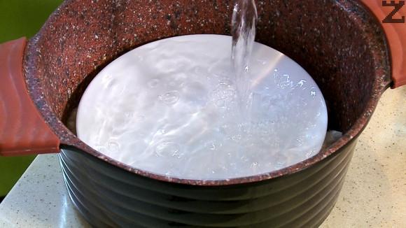 Тенджерата се слага на котлон и загрява. След като водата кипне, на слаб огън под капак сърмите се варят 30 минути.