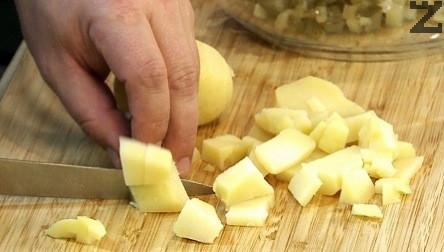 Краставичките се нарязват на ситни кубчета, а картофите на малко по-големи.