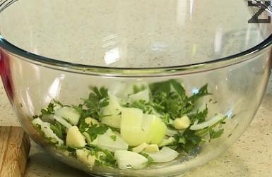 Лукът и чесъна се нарязват на едро, а магданоза на дребно. Всичко се слага в купа, посолява се, полива се с лимонов сок, една лъжица олио и подправя с риган.