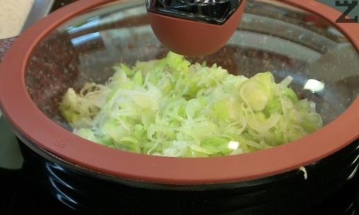 Празът се реже на едро и се пържи за минута в загрято олио. Оризът се кисне за 10 минути в студена вода.
