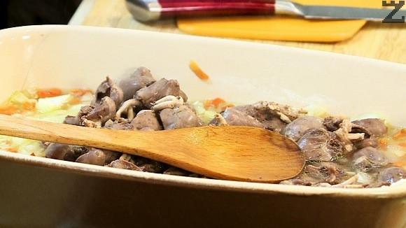 Накиснатия ориз се отцежда и слага в тава, слагат се запържените зеленчуци, и отцедени сърчица.