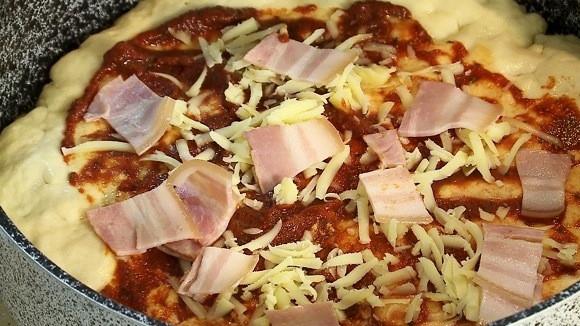 Пицата се връща във фурната да се изпече за още 10-12 минути при същата температура.