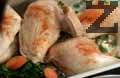 Запържваме 30 г краве масло до златисто и поливаме пилешкото месо, по 1 с.л. на всяко парче. Поръсваме спанака с останалото сирене. Печем 25-30 мин. в фурна, загрята на 180 градуса.
