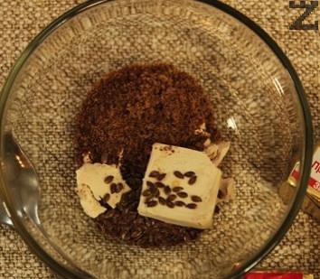 В купа се слага мая, захар, сол половината ленено семе и се налива бира.