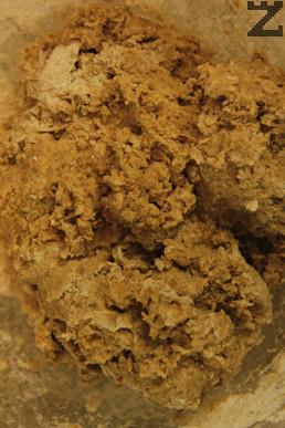 Постепенно се добавя брашното и се замесва тесто в продължение на 5-8 минути.