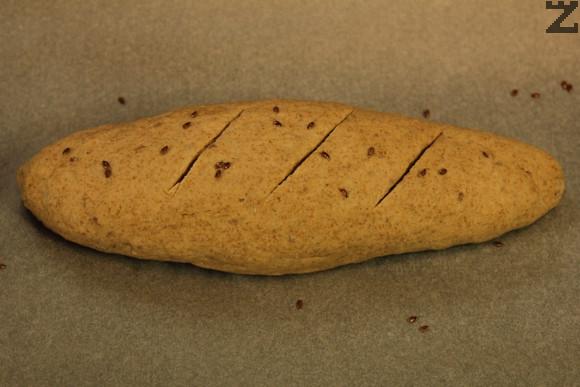 От втасалто тесто се оформя продълговат хляб със леко заострени краища и слага в тава за печене. Отново се оставя да втаса за 45 минути.