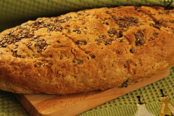 Поръсва се с ленено семе и пече в предварително затоплена фурна на 190 ℃ в ниската част за 22-25 минути.
