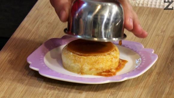 След изпичане крема се остава да изтине напълно. Минимум 8 часа в хладилник. Обръща се в чиния и сервира.