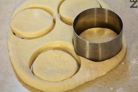 Тестото се разточва на лист с дебелина един пръст. С ринг се изрязват кръгове.