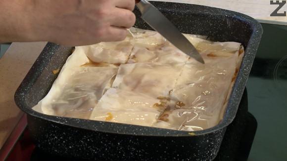 Тиквеникът се нарязва на ромбове. Пече се в предварително загрята на 160 градуса фурна за 20 минути. След това температурата се увеличава со 180 ℃ и печенето продължава още 20-25 минути. След изваждане се изчаква 10 минути преди да се сервира.