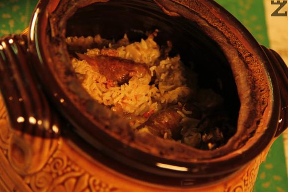 Пече се 5-6 часа. Капака внимателоно се отделя от гювеча и капамата се разпределя в чиниите, като във всяка порция трябва да има, парче кървавица, пиле, свинско и ориз с кисело зеле.