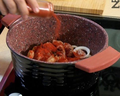 Посолява се и подправя с червен пипер. Налива се 4 с.л. вода, тенджера се похлупва месото се задушава, докато образувалият се месен сок се изпари (около 10-15 минути).