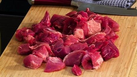 Месото се нарязва на дребни кубчета, посолява и подправя със смлян черен пипер.