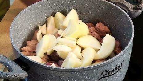 Лукът се реже на едро и слага при запърженото месо, под капак се задушава 10 минути докато омекне напълно като се друса няколко пъти.