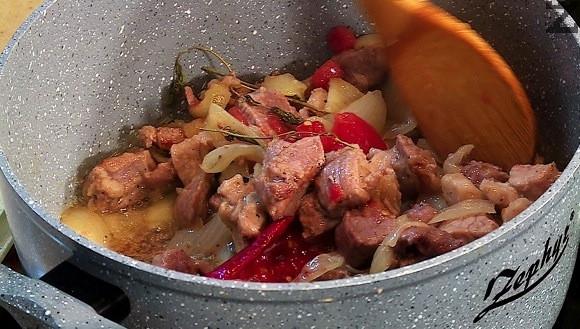 След като омекне се слага скълцан домат, люта чушка, вино, чубрица и сол. Задуашава се за две-три минути и кебапа е готов.