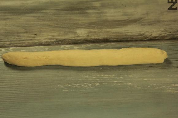 От втасалото тесто се отделят малки топки и се разточват на фитили.
