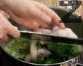 Добавяме цели листа спанак и нарязаното рибно филе и готвим още 5-8 мин. на бавен огън. Посоляваме. Поднасяме супата, подправена с лимонов сок по желание.