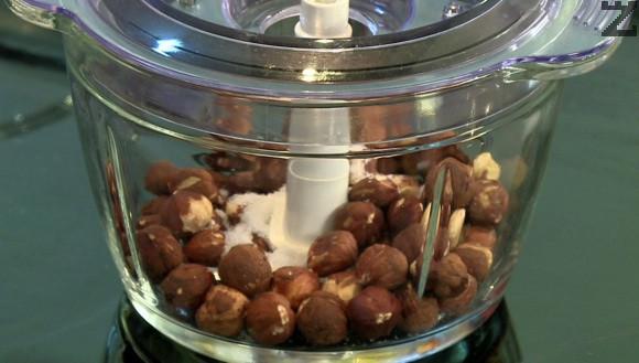 След това се смилат в в чопър с две ч.л. кристална захар.