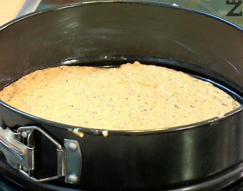 Сместа се слага в кръгла тавичка с размер 20 см покрита с хартия за печене. Пече се в предварително затоплена фурна на 180 ℃ за 25 минути.