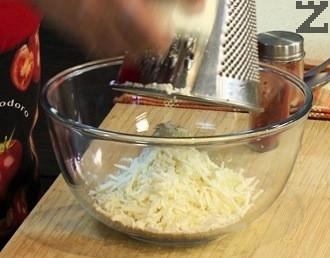 Лукът се нарязва на ситно. Сиренето се настъргва на едро ренде.