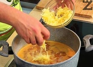 Постепенно към бульона се прибавя настърган на едро ренде кашкавал и се бърка, докато се разтвори напълно.