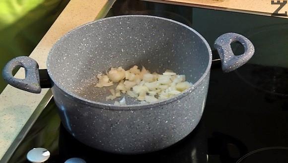 Лукът се реже наситно и се задушава под капак при умерена температура в разтопеното масло за минута.
