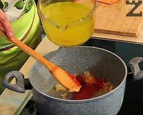 Добавя се горчицата, разбърква се и се поръсва с червения пипер. Отново се разбърква, залива се с бульона и се оставя да ври 10 минути.