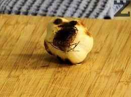 Накрая се слага чесъна с подправките и се вари само една минута след което чорбата е готова.