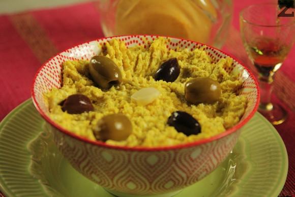 Готовото мезе се слага в чиния и поднася със маслини.