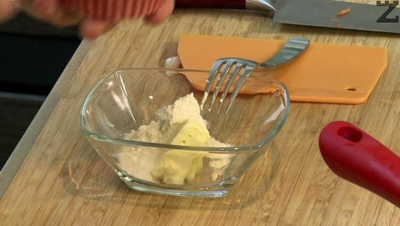 Маслото се оставя на стайна температура да омекне и се смесва с 2 ч.л. брашно . Когато месото е готово се подправя със сос Уорчестър. Сгъстява се с маслото.