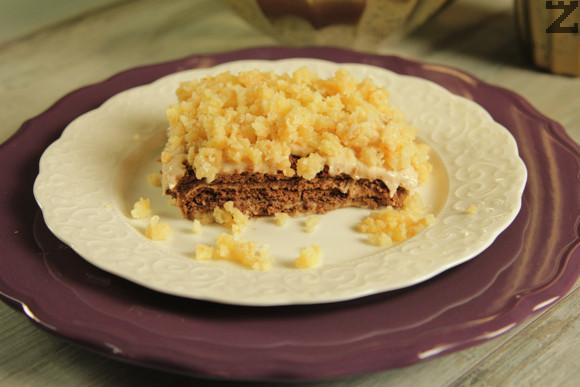 Тортата се прибира в хладилник за 6 часа или една нощ. Преди сервиране се поръсва с останалите крамелени трохи, които могат да се натрошат на по-дребно с чопър.