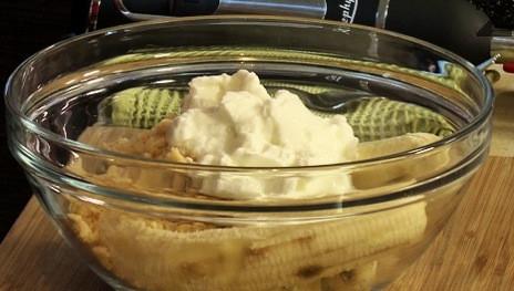 В купа се слагат банани, сметана, кисело мляко и 3/4 от карамелената захар. Пасира се много добре.