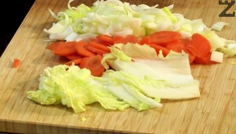 Празът и морковите се нарязват на едро, а джинджифила се накълцва.