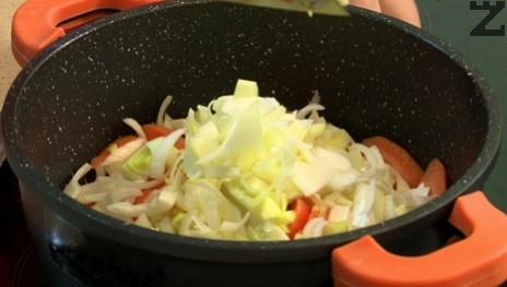 В тенджера се загрява олио и зеленчуците се запържват за половин минута.