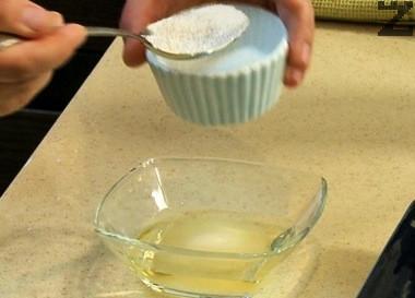 В купичка се размесва оцет, захар и сол и хубаво разбиват. С тях се подправя ориза.