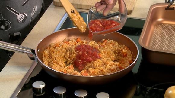Посолява се и оставя да се задуши на тих огън докато водата се поеме от ориза. Тогава се слагат скълцани домати и чубрица .