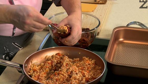 Разбърква се хубаво и чушките се пълнят със полуготовата смес. Подреждат се в тава, поръсват се с малко сол и поливат с 4 с.л. олио.
