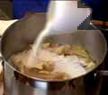 Оставяме ястието да се охлади 5 мин. Гарнираме с нарязания изпържен бекон и поръсваме с мащерка и черен пипер. Ирландците препоръчват яхнията да се сервира топла на другия ден, за да има по-добър вкус.