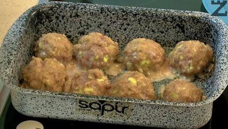Овалват се в галета и редят в намазана с олио тава. Запичат се за 10 минути на 180 ℃ в предварително затоплена фурна.