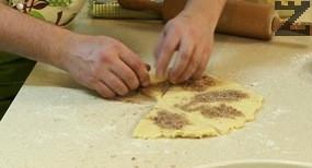 Рулцата се слагат в тава и пекат на 180 ℃ в предварително затоплена фурна 25 мин.