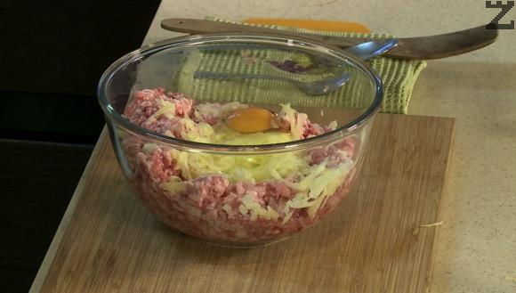 Каймата се слага в купа. Картофа се настъргва на едро ренде и слага при каймата. Посолява се, добавя се яйце, дребно нарязан лук.