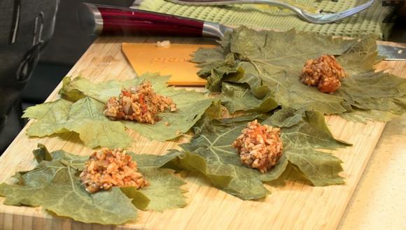 Всеки лозов лист се слага с лъскавата част надолу върху дъска. В средата се слага по една- две чаени лъжички от ориза.