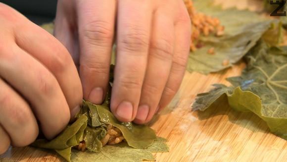 Завива се рулце към острата част на листа, като се прегъват и страните за да не излиза плънката.