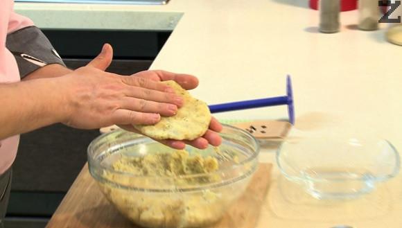 От сместа се оформят шницели. Панират се в брашно.