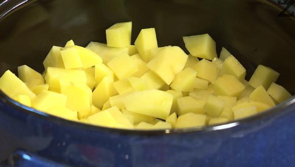 Картофите с режат на малки кубчета, поставят се в гювеч и поливат с олио. Посоляват се и се разбъкрват.