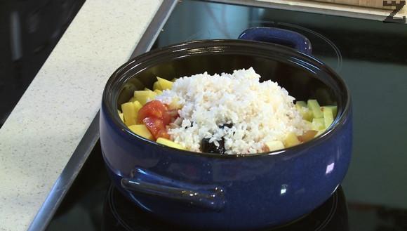 Празът се нарязва на дребно и слага при картофите заедно с отцедения ориз, домати,маслини, дафинов лист и чубрица.
