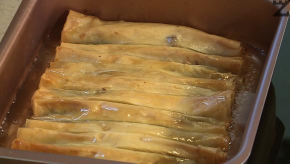 С него се залива топлата баклава, която може да се нареже на пурички с дължина 6 см.
